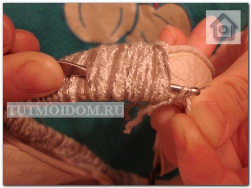 Ремонт ручек у женской сумки.  Прячем концы ниток при помощи крючка.