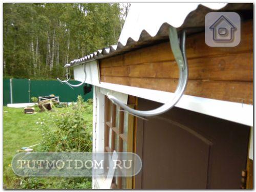 Крепление для слива воды с крыши своими руками